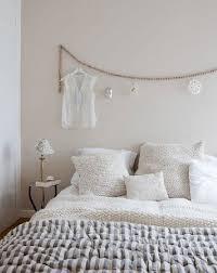 tete de lit a faire soi mme tête de lit guirlande de perles et ornements
