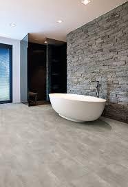 hochwertiger badezimmer boden in fliesenoptik rustikales