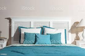 innenraum der moderne schlafzimmer mit weißen holzbetten und blaue bettwäsche stockfoto und mehr bilder behaglich