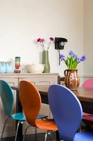 farbige stühle am esstisch und bild kaufen 706276