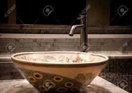stilvolle spüle mit einem schönen ornament im jugendstil im badezimmer nahaufnahme