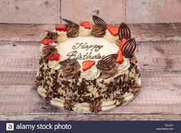 geburtstag kuchen mit sahne erdbeeren und schokolade