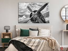 schlafzimmer mit retro flugzeug auf leinwand