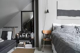 schlafzimmer in grau mit sofa unter der bild kaufen