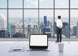le de bureau york une personne vêtue de vêtements formels est debout dans le bureau