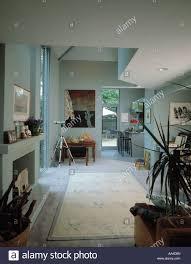 moderne offene wohnzimmer mit küche im hintergrund und