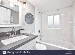 moderne weiße und graue design badezimmer stockfotografie
