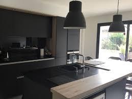cuisine ilot cuisine contemporaine avec ilot graphite noir et bois par