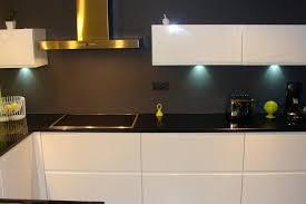 cuisine grise et plan de travail noir plan de travail cuisine gris clair cuisine plan de travail