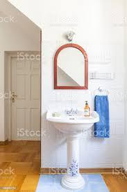 altmodisches freistehende china waschbecken mit spiegel oben in einem klassischen badinterieur echtes foto stockfoto und mehr bilder alt