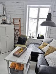 kleines wohnzimmer mit weißem holzboden und rustikale