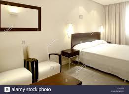 hotel schlafzimmer interieur in warmen tönen querformat