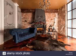 loft stil interieur mit einem kamin kerzen haut der kühe