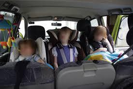 siege auto enfant obligatoire 3 enfants dos à la route dans un même véhicule la sécurité auto