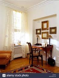 mahagoni schreibtisch in der ecke des wohnzimmer