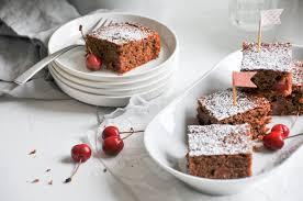 kirschkuchen vom blech mit schokolade sommerklassiker auf