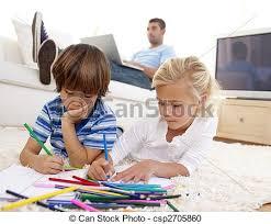 kinder malen im wohnzimmer und vater mit einem laptop