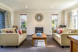 wohnzimmer einer modernen wohnung mit zwei identischen sofas