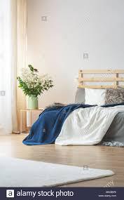 helles schlafzimmer innenausstattung mit blumen auf dem