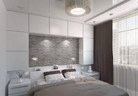 kleines schlafzimmer in weiß grau und braun stauraum über