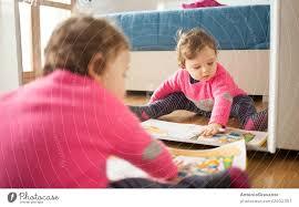 kleinkind baby mädchen spielt mit märchenbuch ein