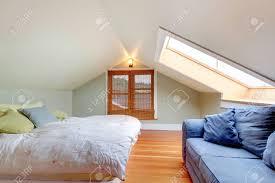 im obergeschoss kleines schlafzimmer mit gewölbter decke blauen sofa und parkett