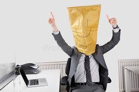 smiley bureau homme d affaires encourageant avec le smiley dessiné sur le sac de