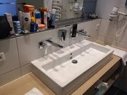 schöne und moderne badezimmer mit dusche wc und