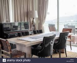 moderner luxus esszimmer mit esstisch aus holz luxus stühle