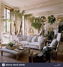 wohnzimmer mit klassischen stil skulpturen stockfotografie