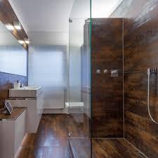 rostoptik und raffinesse modernes bad über einer