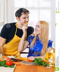 couples amour cuisine amour verticale des couples heureux dans la cuisine photo stock