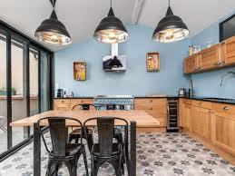 cuisine industrielle une cuisine bleue au style industriel chic bois brut cuisine