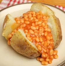 pomme de terre robe de chambre pomme de terre en robe de chambre avec les haricots cuits au four