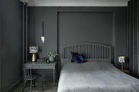 schlafzimmer ganz in grau und schwarz bild kaufen