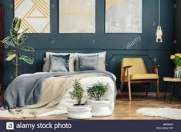vintage schlafzimmer innenraum mit retro stuhl blau und