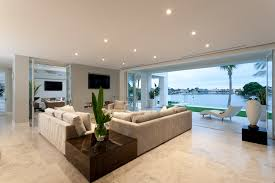 schickes wohnzimmer einer villa mit panoramafenster zur
