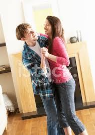 romantische junges paar tanzen zusammen im wohnzimmer