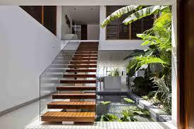 aménagement sous escalier avec un jardin intérieur bassin d eau