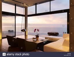 modernes wohnzimmer mit blick auf meer stockfotografie alamy