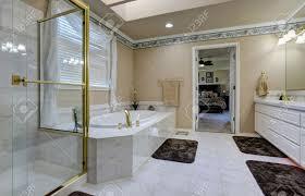 schöne luxus badezimmer interieur weiße moderne badezimmer eitelkeit badewanne mit fliesenverkleidung und glas abgeschirmt dusche northwest usa