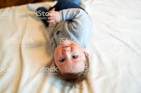 baby junge in weißem sonnigem schlafzimmer neugeborenes entspannt im bett kinderzimmer für kleine kinder familienmorgen zu hause neugeborenes