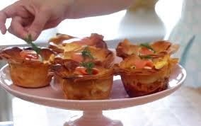 mini quiche pate feuilletee met des oeufs du fromage et une pâte feuilletée dans des