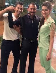 Varun Dhawan and Kriti Sanon visit Salman on BB9 to promote