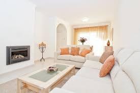 helle moderne wohnzimmer mit kamin für die heizung in den warmen farben