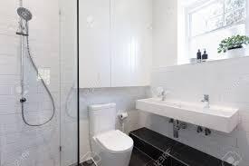 kleines privates bad mit weißen fliesen in einem backstein muster verlegt