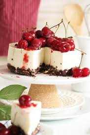 der cheesecake aus dem kühlschrank mit frischen kirschen