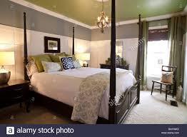 zeitgenössische schlafzimmer mit doppel himmelbett