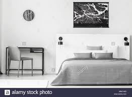 schwarz plakat oben grau und weiß bett im schlafzimmer