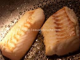 cuisiner le dos de cabillaud à la poele dos de cabillaud sauce au vin blanc crevettes l eau à la bouche